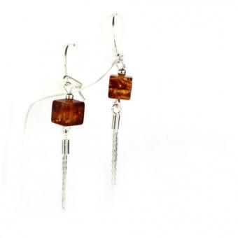 Ohrringe mit kleinen Bernsteinwürfeln